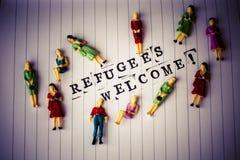 Os refugiados dão boas-vindas ao texto no papel imagens de stock royalty free