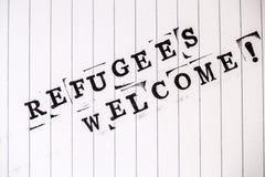 Os refugiados dão boas-vindas ao texto no papel foto de stock royalty free