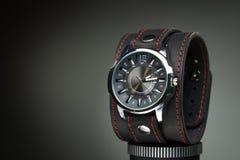 Os relógios dos homens com o bracelete de couro largo Imagens de Stock