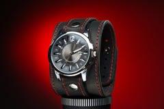 Os relógios dos homens com o bracelete de couro largo Foto de Stock