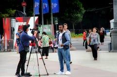Os repórteres estrangeiros estão preparando-se para um relatório fotografia de stock