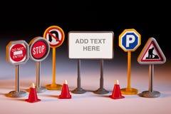 Os reparos da estrada - sinais de estrada do brinquedo - adicionam o texto Fotos de Stock Royalty Free