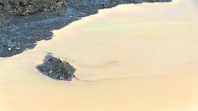 Os resíduos tóxicos anteriores da descarga, natureza dos efeitos do solo contaminado e água vídeos de arquivo