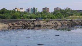 Os resíduos tóxicos anteriores da descarga, natureza dos efeitos do solo contaminado e água com os produtos químicos e o óleo, am vídeos de arquivo