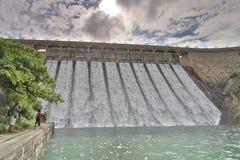Os reservatórios represam sob um céu azul dramático fotografia de stock royalty free