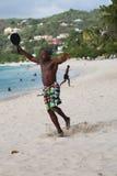 Os residentes locais apreciam o dia ensolarado na praia grande de Anse em Granada Imagens de Stock