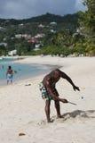 Os residentes locais apreciam o dia ensolarado na praia grande de Anse em Granada Fotografia de Stock Royalty Free