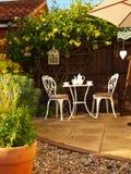 Os restaurantes ao ar livre ajustaram a vista longa Foto de Stock