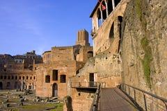 Os restos da arqueologia do fórum andam arrastando os pés Itália Imagens de Stock