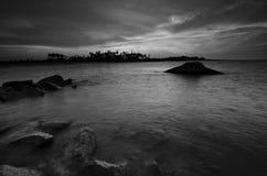 Os restos da fortaleza militar velha do wor II do mundo em Kuala Dasar Sabak Beach em Kelantan Malásia durante o por do sol fotografia de stock