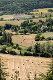 Os retalhos do ` s do fazendeiro colocam no vale abaixo de Sault, Provence imagens de stock royalty free