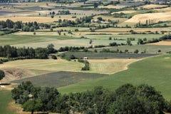 Os retalhos do ` s do fazendeiro colocam no vale abaixo de Sault, Provence imagem de stock royalty free