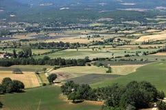 Os retalhos do ` s do fazendeiro colocam no vale abaixo de Sault, Provence imagem de stock