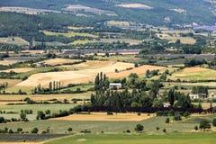 Os retalhos do ` s do fazendeiro colocam no vale abaixo de Sault, Provence fotografia de stock royalty free