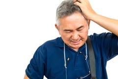 Os retratos do homem asiático idoso têm uma dor de cabeça Fotografia de Stock