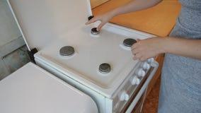 Os revestimentos da jovem mulher limpam o fogão vídeos de arquivo