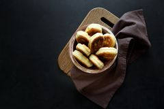 Os rissóis ou as tortas fritadas encheram a cebola verde e os ovos no fundo de madeira escuro Alimento da tradição do russo de Pi imagem de stock