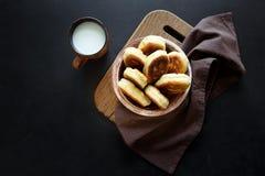 Os rissóis ou as tortas fritadas encheram a cebola verde e os ovos no fundo de madeira escuro Alimento da tradição do russo de Pi fotografia de stock royalty free