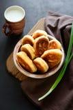 Os rissóis ou as tortas fritadas encheram a cebola verde e os ovos no fundo de madeira escuro Alimento da tradição do russo de Pi fotos de stock royalty free
