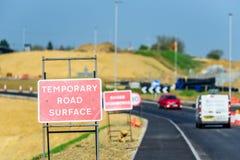 Os Roadworks provisórios da superfície de estrada assinam na estrada BRITÂNICA imagens de stock royalty free