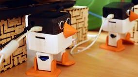 Os robôs automáticos do brinquedo estão dançando na tabela imagens de stock
