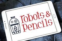 Os robôs e os lápis firmam o logotipo Fotografia de Stock