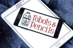 Os robôs e os lápis firmam o logotipo Foto de Stock