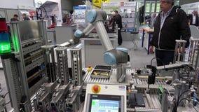 Os robôs universais que apresentam exemplos práticos mostram como os robôs flexíveis, simples e individuais de UR podem ser usado filme
