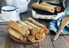 Os rolos da bolacha encheram-se com o creme da manteiga com leite condensado fotografia de stock