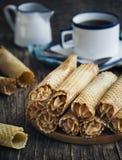 Os rolos da bolacha encheram-se com o creme da manteiga com leite condensado imagem de stock royalty free