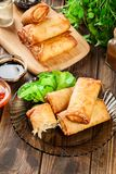 Os rolos de mola com galinha e vegetais serviram com molho de pimentão doce ou molho de soja foto de stock