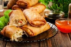 Os rolos de mola com galinha e vegetais serviram com molho de pimentão doce ou molho de soja fotos de stock