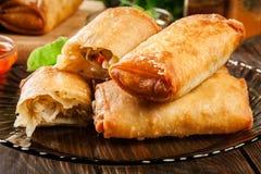 Os rolos de mola com galinha e vegetais serviram com molho de pimentão doce ou molho de soja fotografia de stock