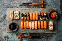Os rolos de sushi ajustaram-se para dois na ardósia de pedra foto de stock