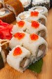 Os rolos de sushi classificaram em um conceito da placa de madeira: entrega Foto de Stock