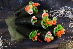 Os rolos de sushi do fundo no espaço superior para rotular fazem por muito tempo Imagem de Stock Royalty Free