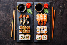Os rolos de sushi, maki, grupo do nigiri serviram para dois imagens de stock