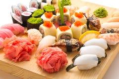 Os rolos de sushi serviram em uma placa de madeira em um restaurante Imagens de Stock Royalty Free