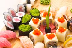 Os rolos de sushi serviram em uma placa de madeira em um restaurante Fotografia de Stock Royalty Free