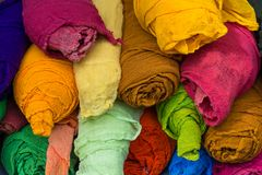 Os rolos do pano são de cores diferentes fotos de stock