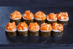 Os rolos do sushi de Futomaki cobriram com salmões, alimento japonês delicioso Fotos de Stock Royalty Free