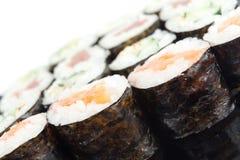 Os rolos do sushi fecham-se acima Foto de Stock