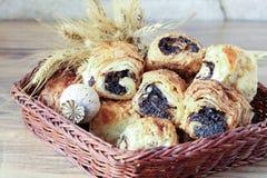 Os rolos doces com sementes de papoila encontram-se em uma cesta de vime Foto de Stock Royalty Free