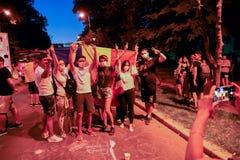 Os Romanians estão protestando contra o governo foto de stock