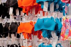 Os roupas de banho das mulheres para a venda em uma loja do beira-mar Anuncie, venda, conceito da forma fotografia de stock royalty free