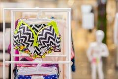 Os roupas de banho das mulheres para a venda em uma loja do beira-mar Anuncie, venda, conceito da forma fotos de stock