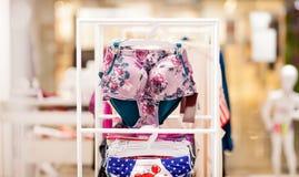 Os roupas de banho das mulheres para a venda em uma loja do beira-mar Anuncie, venda, conceito da forma imagens de stock royalty free
