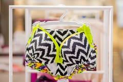 Os roupas de banho das mulheres para a venda em uma loja do beira-mar Anuncie, venda, conceito da forma imagens de stock