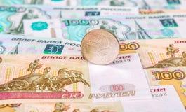 Os rublos de russo inventam o encontro sobre cédulas diferentes da moeda Imagem de Stock Royalty Free