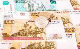 Os rublos de russo inventam o encontro sobre cédulas diferentes da moeda Fotos de Stock Royalty Free